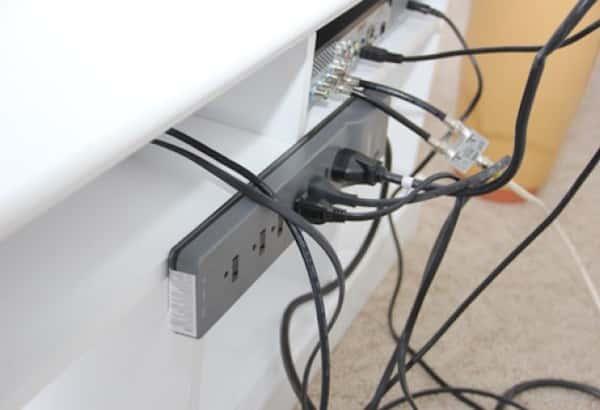 Comment cacher les c bles de la t l en 5 min chrono - Comment cacher les fils de la tv accrochee au mur ...