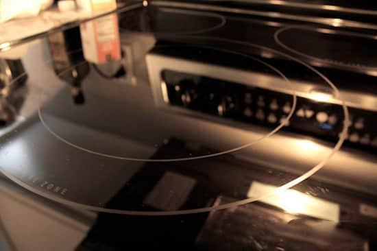 Comment nettoyer facilement votre plaque de cuisson avec for Nettoyer plaque vitroceramique vinaigre