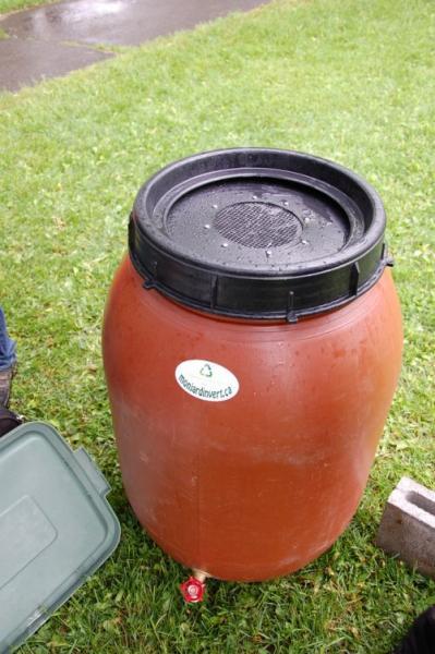 utilisez un collecteur d 39 eau de pluie pour r cup rer de l 39 eau gratuitement. Black Bedroom Furniture Sets. Home Design Ideas