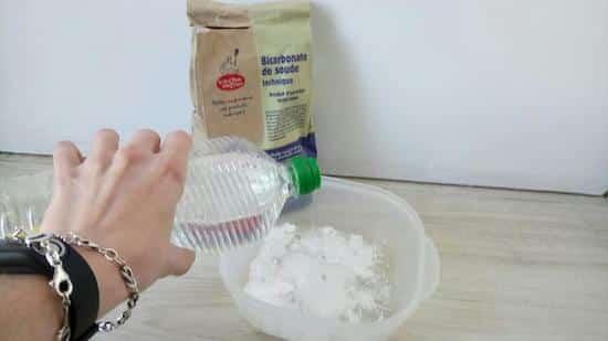 Comment nettoyer vos tupperwares tach s et collants avec du bicarbonate - Nettoyer four bicarbonate vinaigre ...