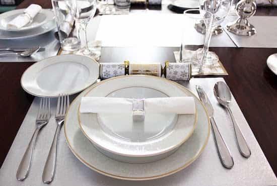 Comment dresser une belle table pour un d ner le guide facile en image - Comment mettre une table ...