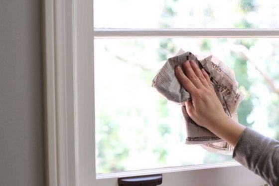 nettoyer vitres et carreaux avec du papier journal pour un. Black Bedroom Furniture Sets. Home Design Ideas