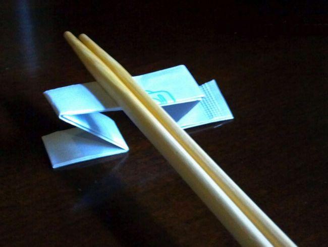 Comment manger avec des baguettes sans salir la table - Comment couper la faim sans manger ...