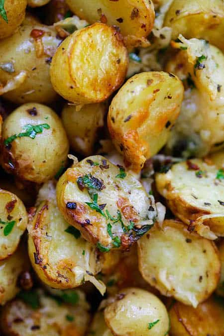 Facile et pr te en 20 min la recette des pommes de terre r ties aux herbes - Pomme de terre grille a la poele ...