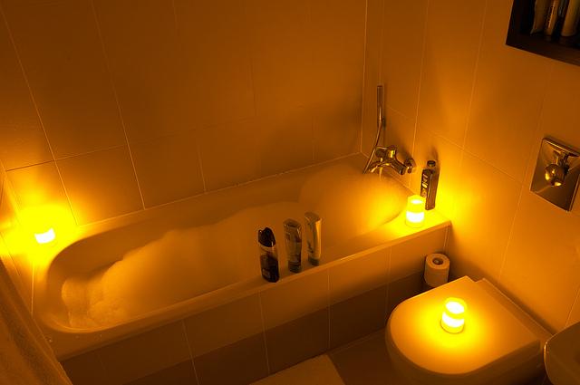 Bain avec ambiance relaxante et lumière douce