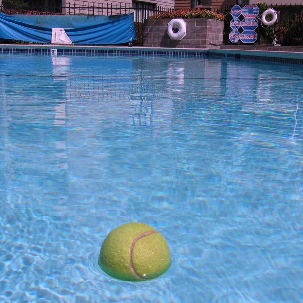 10 fa ons surprenantes d 39 utiliser une balle de tennis au quotidien - Comment nettoyer le fond de la piscine ...