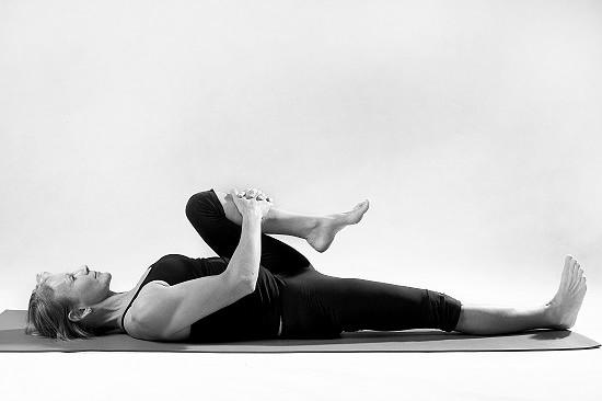 8 positions pour soulager la douleur d 39 une sciatique en for Douleur genou exterieur