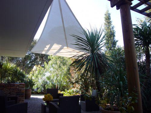5 solutions conomiques et d coratives pour s 39 abriter du - Toile pare soleil ...