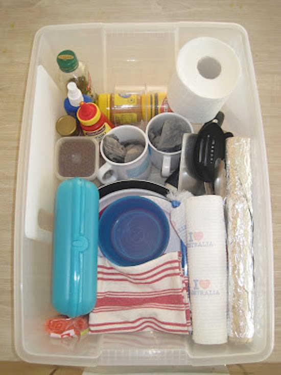 rangez vos essentiels de cuisine dans une bote de rangement with comment ranger la vaisselle. Black Bedroom Furniture Sets. Home Design Ideas