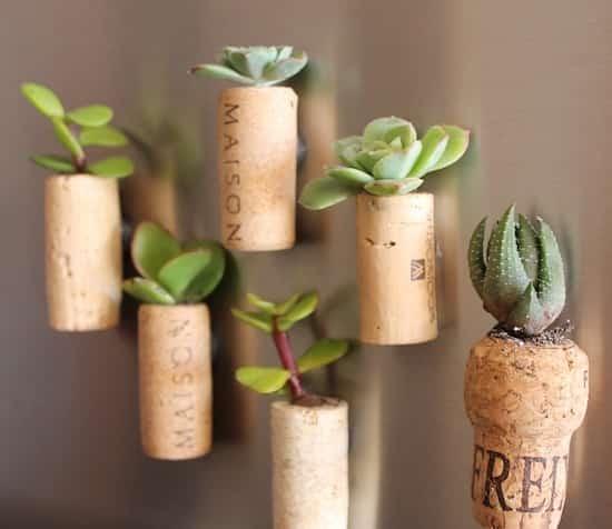 comment faire des mini pots de fleurs en bouchons de. Black Bedroom Furniture Sets. Home Design Ideas