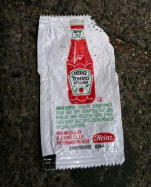 Sachet ketchup heinz par terre